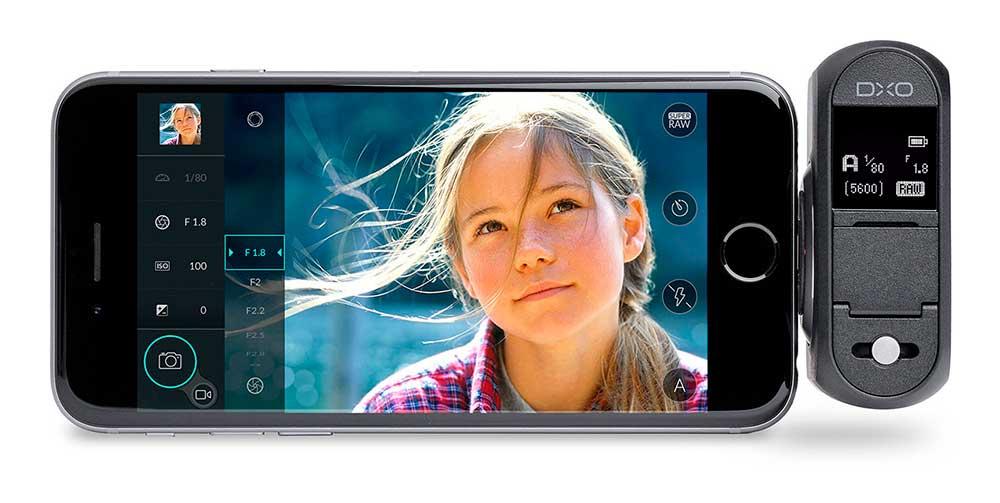 DxO ONE digitális fényképezőgép használat közben iPhone-nal