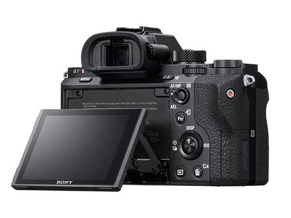 Sony α7R II digitális fényképezőgép hátoldala a dönthető LCD-vel