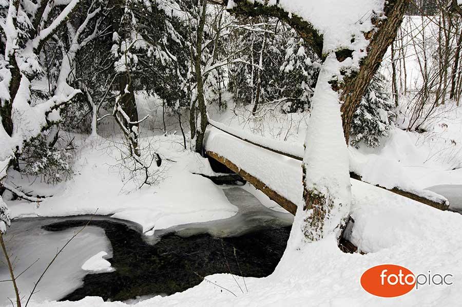 Fotózás télen, havas patak híddal