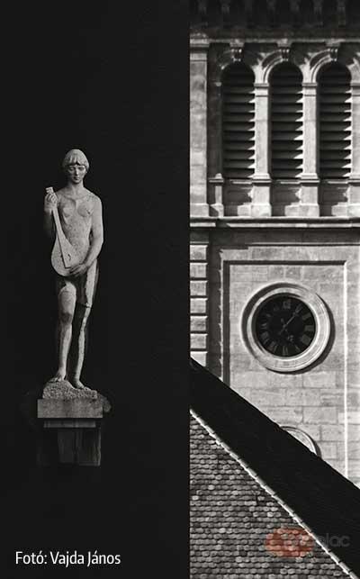 A formák kiemelését nemcsak a fekete-fehér fotózás technikája segíti elő, hanem a szobor mögötti homogén és a kép másik felén lévő összetett építészeti felületek szembeállítása. Bár az előtér fala érdekes bordós színezetű volt, a másik oldalon semmi olyan ellentétes színű elem nem volt található, ami indokolta volna a színes képet. A szobor semleges szürkéje is beleveszett volna a fal színébe.