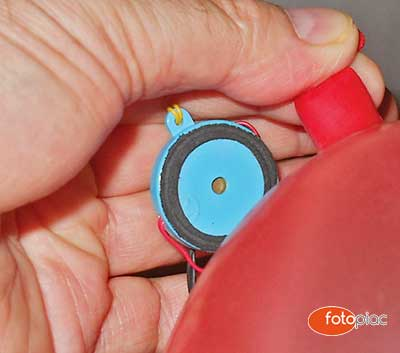 A telefonkagylóból kivett piezo mikrofont el lehet a luftballonhoz egészen közel helyezni, úgy, hogy a gyorsfényképezés alatt ne legyen látható