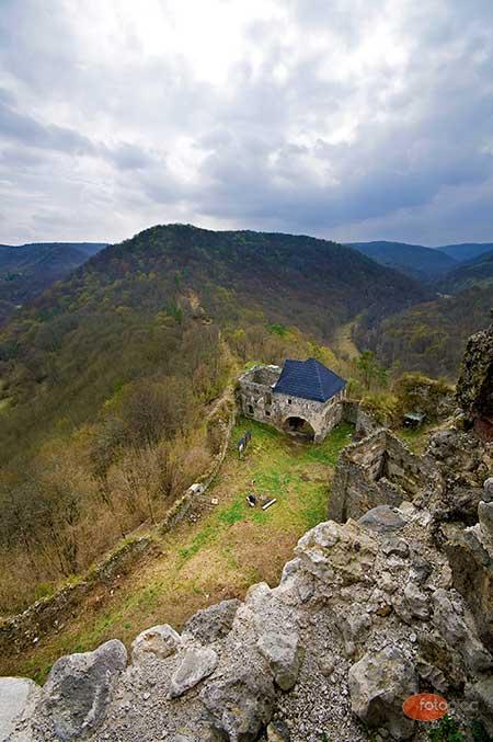 Nagylátószögű objektív várfal és hegyek