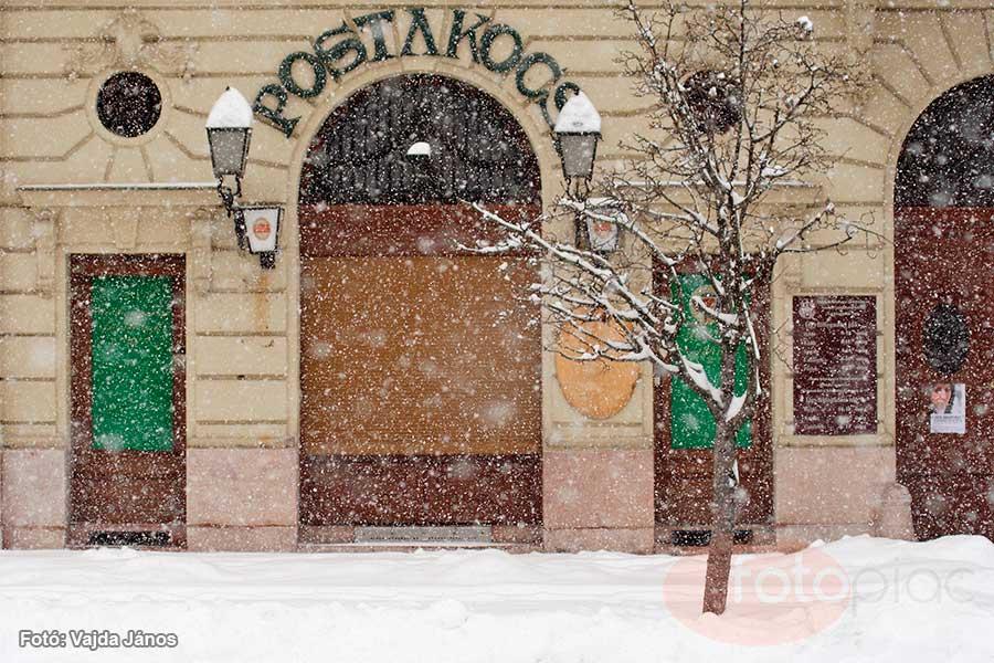 A hosszú expozíció és a mozgás ábrázolása fényképen. A hangulatos városrészre puhán hulló havat nem lett volna érdemes hosszú expozícióval fényképezni, mert elvette volna a kép nyugodt, lírai hangulatát.