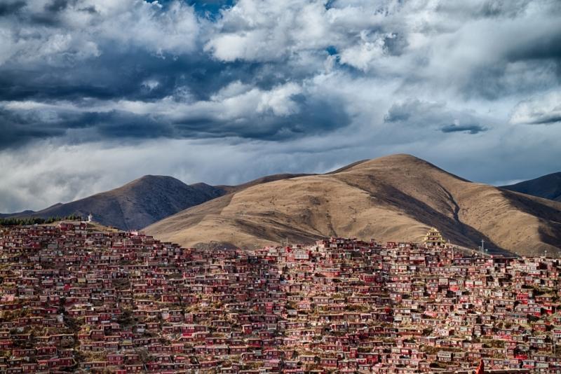 Larung Gar, negyvenezer Buddhista szerzetes otthona Sichuan tartományban, © Balogh Attila, Magyarország, Harmadik helyezett, Nemzeti Díj, 2016 Sony World Photography Awards fotópályázat